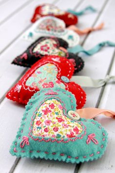 DIY Fabric Hearts for Valentine's Day Felt Christmas Decorations, Felt Christmas Ornaments, Christmas Crafts, Valentines Bricolage, Valentine Day Crafts, Printable Valentine, Homemade Valentines, Valentine Wreath, Valentine Ideas