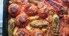 Εξαιρετική συνταγή για Γεμιστά. Κλασικό φαγητό. Λαχανικά γεμιστά, χωρίς κιμά.  Λίγα μυστικά ακόμα  Το φαγητό αυτό γίνεται καλύτερο εάν οι ντομάτες μας είναι ώριμες και ζουμερές. Αν δείτε πως οι ντομάτες σας δεν έχουν αρκετό ζουμάκι, βάλτε επιπλέον χυμό ντομάτας στο μείγμα σας.Για να αδειάσετε τα λαχανικά κάνει ένα απλό κουταλάκι. Θέλει προσοχή, ούτε να αφήσετε πολύ παχύ το τοίχωμα του λαχανικού, ούτε να το τρυπήσετε όμως.