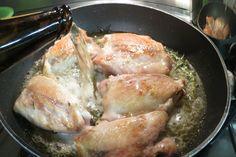 In padella o al forno, al barbecue o in pentola a pressione, il pollo alla birra è un secondo piatto saporito e facile da preparare. Ecco come si cucina.