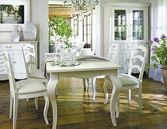 Las elegantes patas de la mesa dan un aire señorial a este comedor lacado en blanco