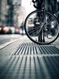 """A Prefeitura de Paris, na França, apresentou recentemente o Plano de Bicicletas 2015-2010, com medidas que pretendem transformar a cidade na """"capital mundial do ciclismo"""". Um dos principais objetivos do plano é que a quantidade de pessoas que usam diariamente a bicicleta passe de 5% para 15% da população até 2020."""