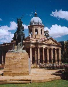 The old Raadsaal in Bloemfontein, with the statue of Christiaan de Wet