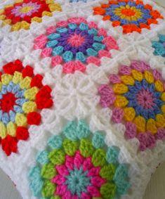 hippie happy granny cushion cover, via Crochet Cushion Cover, Crochet Cushions, Crochet Pillow, Crochet Afghans, Crochet Blanket Patterns, Crochet Stitches, Granny Square Häkelanleitung, Granny Square Crochet Pattern, Crochet Squares