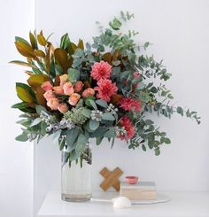 to arrange flowers: step by step with my fave local florist How to arrange a statement flower arrangement like a florist. A step-by-step guide.How to arrange a statement flower arrangement like a florist. A step-by-step guide. Beautiful Flower Arrangements, Fresh Flowers, Beautiful Flowers, Cut Flowers, Diy Flower Arrangements, Exotic Flowers, Purple Flowers, Fall Flowers, Centerpiece Flowers