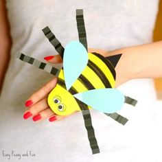 Bee Paper Hand Puppet Template Next comes the humming bee paper hand puppet in our series of beetle hand puppets … Holiday Crafts For Kids, Paper Crafts For Kids, Craft Stick Crafts, Preschool Crafts, 1st Grade Crafts, Paper Doll Template, Puppet Tutorial, Paper Flower Backdrop Wedding, Insect Crafts