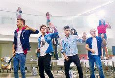 THEY HAVEN'T DONE THIS DANCE IN SO LONG. WHY AM I CRYING? BECAUSE ONE DIRECTION THATS WHY. {GIF}