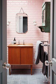 Salle de bain rétro, fifties, années cinquante, meuble vasque vintage scandinave en teck, miroir de barbier biseauté, sèche-serviettes chromé, armoire à pharmacie industrielle, carreaux de métro rose