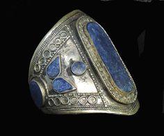 Ręcznie wykonana, etniczna bransoleta z dziewięcioma kamieniami lapis lazuli.