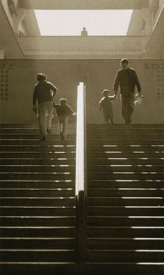 Out with mum and dad, Hong Kong, photograph by Fan Ho. Emotional Photography, Life Photography, Street Photography, Royal Society Of Arts, Fan Ho, British Hong Kong, Nostalgic Images, Perspective Photography, Urban Life