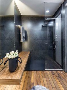Baño de estilo japonés con ducha en color negro
