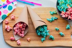 Mmm, they're super yummy, these dyed caramelised popcorn, and they're perfect for birthdays and the Eurovision-party - make any colour you like! Diy Cake Topper, Cake Toppers, Colored Popcorn, Orchids Painting, A Little Party, Kitchen Time, No Sugar Foods, Vanilla Sugar