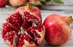Pomegranates are one of the healthiest of fruits, whose seeds contain fiber, antioxidants and other compounds for heart health and aphrodisiac properties Grenade Fruit, Cancer Fighting Foods, Pomegranate Juice, Easy Diets, Healthy Fruits, Healthy Foods, Cooking School, Health Diet, Blood Pressure