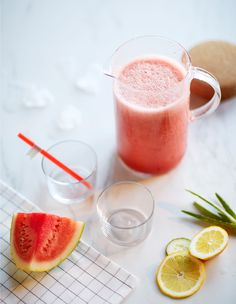 Kan met watermeloen-komkommersmoothie omringd door ingrediënten