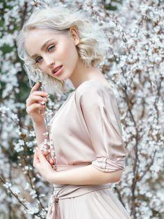 Kommen wir nun vom warmen Honig-Ton zum kühlen Eisblond: Hier trifft ein angesagter Lob auf die kühlste Blond-Nuance Eisblond. Diese elfengleiche Haarfarbe steht vor allem Frauen mit einem Porzellan-Teint sehr gut. Wie gefällt euch dieser Look?Hier zeigen wir euch noch mehr Blondtöne: Blond - die kühlen Seiten der Haarfarbe