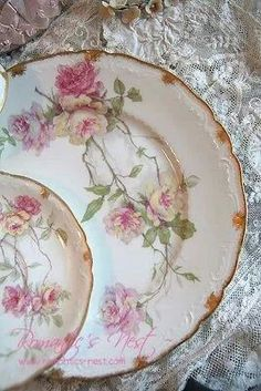 New shabby chic table settings ideas vintage china Ideas Antique Dishes, Vintage Dishes, Vintage Plates, Vintage China, Shabby Vintage, Decoration Shabby, Design Creation, China Plates, China Painting