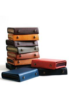 コロンと小ぶりなお財布には、開くと分かる仕掛けあり