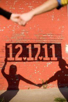 Invitación con las sombras de los novios y la fecha.