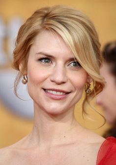 Wedding Hairstyles Very feminine and suitable for romantic occasions is Claire Danes & # Maximum. Bride Hairstyles, Hairstyles With Bangs, Trendy Hairstyles, Claire Danes, Bridal Hair Updo, Wedding Hair And Makeup, Bridal Makeup, Wedding Hair Front, Wedding Updo