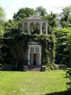 This is Allerton Park in Illinois. I would got there when we went to visit my grand parents. I aways tought it was a magical place.