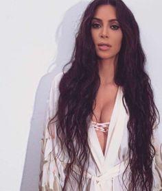 Ela não cansa de sensualizar! Kim Kardashian apareceu para lá de sensual, quase…