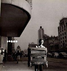 """De la serie """"Cilindreros"""", una magnífica escena captada por el gran fotógrafo Nacho López. Avenida Juárez. ca. 1953."""