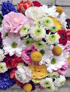 Веселый букет от Flora Studio. Букет с хризантемой, гиацинтом, тюльпанами, краспедией и ранункулусом