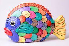 multicolor estatuilla peces de cer�mica en el fondo blanco photo