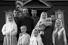 An Old Believer family:  father, mother, and EIGHT children!
