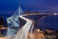 En este caso, vemos como las luces de los coches trazan el puente.