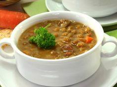 Receta de Sopa de Lentejas con Verduras | Esta deliciosa sopa de lentejas lleva verduras como zanahoria, apio, poro y cebolla. Todo va cocinado en un caldo con pasta de tomate y se espolvorea con queso parmesano.