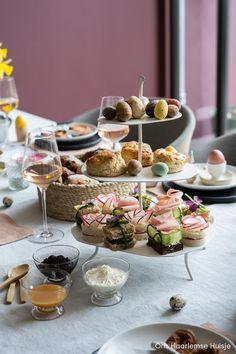 Fingerfood om je vingers bij af te likken: zo presenteren de Engelsen een high tea. Naast scones en zoete hapjes mogen mini-sandwiches niet ontbreken. Wil je echt iets bijzonders op tafel zetten voor je high tea? In deze blog deel ik drie recepten van chique sandwiches waarmee je zeker de show steelt. Ook leuk voor Pasen! #hightea #sandwiches #hapjes #paastafel #paasrecepten #recepten #tafeldekken #radijs #vegetarisch #vegetarischesandwiches #kwilleminhuis #etagere #scones High Tea Sandwiches, Table Settings, Table Decorations, Scones, Brunch, Place Settings, Dinner Table Decorations, Tablescapes, Buns