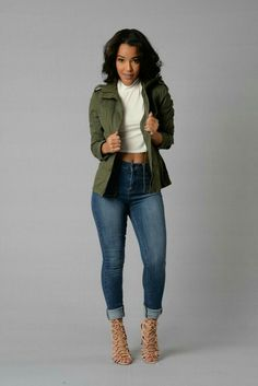 Para salir.  Jeans tiro alto, cazadora verde militar,crop top blanco y zapatilla de tiras nude