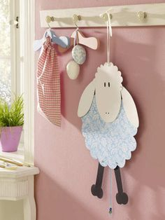 Crafts for Easter: Sweet templates to imitate - A fluffy Easter sheep or an Easter chicken to decorate the Easter brunch table: we give you sweet i - Easter Lamb, Hoppy Easter, Easter Crafts For Kids, Diy For Kids, Spring Crafts, Holiday Crafts, Holiday Decorations, Bible Crafts, Paper Crafts