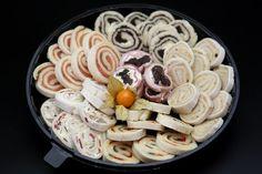 Canapés variados, rellenos de una gran diversidad de sabores como el salmón, olivada, sobrasada, queso y frutos secos.