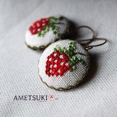 Boucles d'oreilles fraise rouge brodées