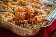 Mindenkinek a kedvence ez a laktató finomság. A kezdők is bátran elkészíthetik, ezen nincs mit elrontani :) Hozzávalók: 1 csomag tészta 50 dkg darált sertéshús 0,5 dl paradicsomszósz 1 hagyma 1 teáskanálnyi olasz fűszerkeverék 1 csomag... Pasta Recipes, Keto Recipes, Dinner Recipes, Healthy Recipes, Hungarian Recipes, Winter Food, Low Carb Keto, I Foods, Food Porn