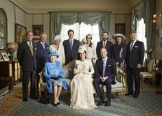 Los Windsor y los Middleton, juntos en la foto oficial por el bautizo de George.