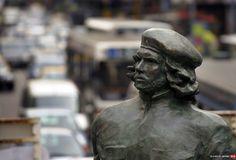 """Una organización de la ciudad de Rosario comenzó a juntar firmas para remover la estatua deErnesto """"Che"""" Guevara, ya que consideran que """"el legado asesino del comunismo no merece homenajes estatales"""".  La ONG """"Bases"""", que ya consiguió cerca de 3.400 firmas, publicó el petitorio en la plataformaChange."""