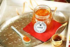 A narancslekvár-készítés nem tartozik a világ legmegúszósabb konyhai manőverei közé, de éppen ezért időzítettük az ünnepi időszakra ezt a receptet. Zárkózzatok be a konyhába és álljatok neki, a narancsok feldolgozása közben lesz időtök átgondolni, hogy mik történtek veletek idén és mikre számítotok jövőre. :D A végeredmény pedig isssteni lesz! Dessert Recipes, Desserts, Vegetables, Fruit, Cooking, Food, Tailgate Desserts, Kitchen, Deserts