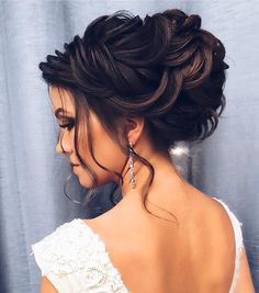 The Best and fabulous Hairstyles for Every Wedding Dress Neckline. Whether you're a summer ,winter bride or a destination bride, so make sure your hairstyle shows the pretty garment off as much as possible. Bridal Hair Updo, Wedding Hair And Makeup, Hair Makeup, Wedding Dress Necklines, Necklines For Dresses, Wedding Dresses, Dress Hairstyles, Bride Hairstyles, Hair Upstyles