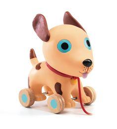 Gioco trainabile in legno per bambini dai 12 mesi. Il cagnolino con le ruote ha il lato lungo di 20 centimetri.