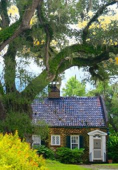 I want to peek inside and I know I'll love it. It's a forever cottage made of brick with a tile roof. It is a bed and breakfast in Georgetown, SC near Charleston called Mansfield Plantation.  (from the blog Content in a Cottage)