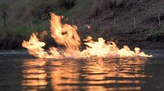 Las llamas se apoderan de un río cerca de un sitio donde se desarrolla el 'fracking'