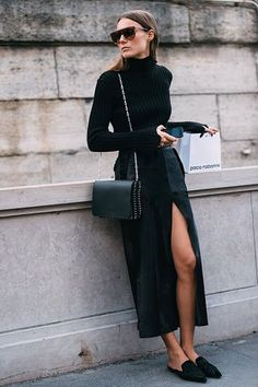 Look all black com tutleneck, saia midi de fenda e mule.