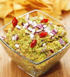 Mexické guacamole sa používa ako dip, ochucovadlo, či ingrediencia do šalátov. Tradične sa vyrába z avokáda a morskej soli. Dochutiť ho môžete čímkoľvek. Guacamole, Pesto, Mexican, Ethnic Recipes, Dip, Food, Gravy, Essen, Yemek