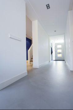 Gietvloer in entree. Gietvloer in entree. Aangesloten op de schoonloopmat vormt de Motion gietvloer een duurzame vloerafwerking. Voeg design toe aan uw entree