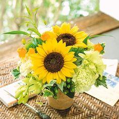 父の日カラーの黄色を使った華やかなアレンジメントを集めてみました。黄色はファザーズ・デー委員会が提唱する父の日カラーの色。日頃の感謝の気持ちを込めて贈る贈り物にぴったりです。