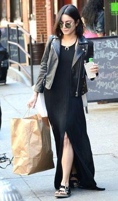Jaqueta de couro, maxi vestido preto com fenda, birken preta