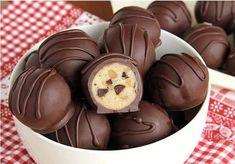 Csoki és diódarabos trüffel (lépésről lépésre) - Blikk Rúzs Candy Recipes, Sweet Recipes, Baking Recipes, Cookie Recipes, Cookie Ideas, Cookie Dough Truffles, Chocolate Chip Cookie Dough, Chocolate Truffles, Chocolate Chips