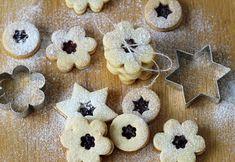 Nejlepší linecké cukroví Klasické nejlepší linecké cukroví by na vánoční tabuli nikdy nemělo chybět. Je křehounké, rozplývá se na jazyku a promazané domácí marmeládou – je prostě slastí pro chuťové buňky. #linecke #lineckerecept #vanocnicukrovi #vanocnipeceni #cukrovi